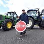 Zornige französische Bauern stoppen deutsche Lastwagen (Foto)