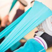 Zu einer medizinischen Reha können auch Krankengymnastikstunden gehören - um zum Beispiel ein Bein nach einer Operation wieder zu stärken. (Foto)