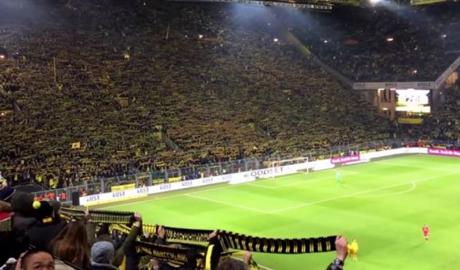 81.000 Zuschauer erhoben sich von ihren Sitzen und sangen für den kurz zuvor auf der Tribüne verstorbenen Fußball-Fan. (Foto)