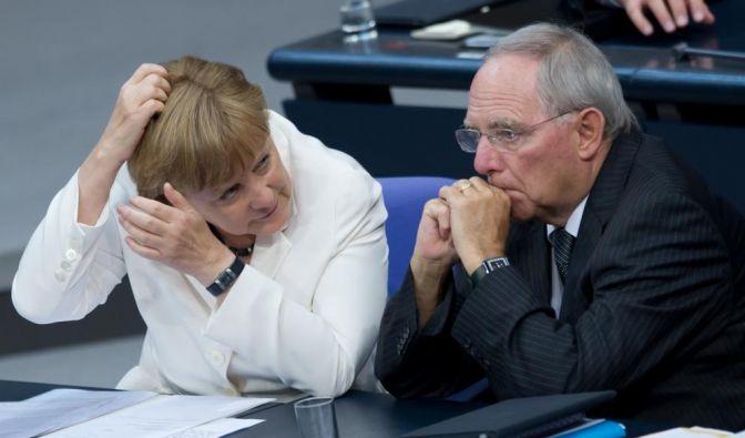 Zwar haben Bundestag und Bundesrat am 29. Juni 2012 den ESM zur Euro-Rettung gebilligt, doch reichten die Linke, der CSU-Abgeordnete Gauweiler und eine Bürgerinitiative Klagen vor dem Bundesverfassungsgericht ein. (Foto)