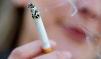 Zwei Frauen (18) sind nach dem Zug an einer Zigarette, die ihnen angeboten wurden, zusammengebrochen. (Symbolbild) (Foto)
