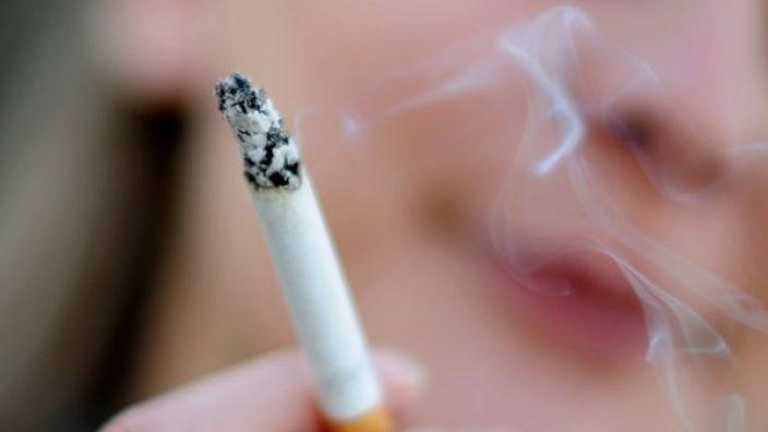 Zwei Frauen (18) sind nach dem Zug an einer Zigarette, die ihnen angeboten wurden, zusammengebrochen. (Symbolbild)