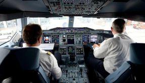 Zwei Piloten in einem Lufthansa-Airbus A380: Die deutschen Fluggesellschaften wollen künftig immer zwei Personen im Cockpit haben. (Foto)