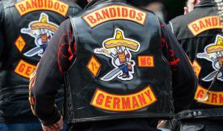 Zwei Rocker sollen sich im Raum Köln als Polizisten ausgegeben und Senioren bestohlen haben. (Symbolbild) (Foto)