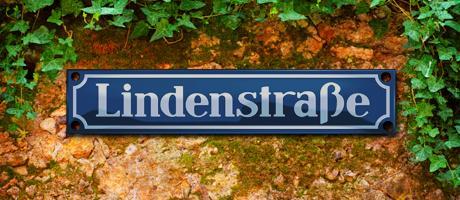 Die Lindenstraße ist mit 25 Jahren eine der ältesten Serien im deutschen Fernsehen  – höchste Zeit, die Mutter der deutschen Seifenoper mit einem Quiz zu würdigen. Wie gut kennen Sie sich mit Hansemann, Helga und Co. aus?