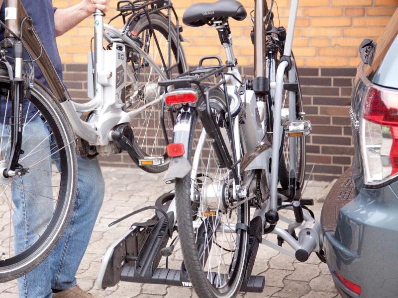 72a088686e9f06 Haben Fahrradträger für E-Bikes einen besonders festen Sitz auf der  Anhängerkupplung ...