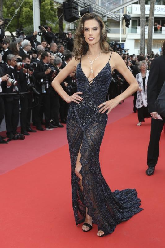 Alessandra Ambrosio nackt: Oben ohne! SO sexy zeigt sich