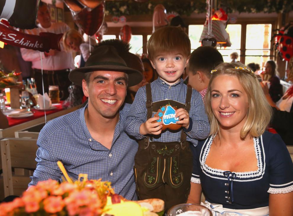 Philipp Lahm (l), seine Frau Claudia und Sohn Julian feiern in München beim