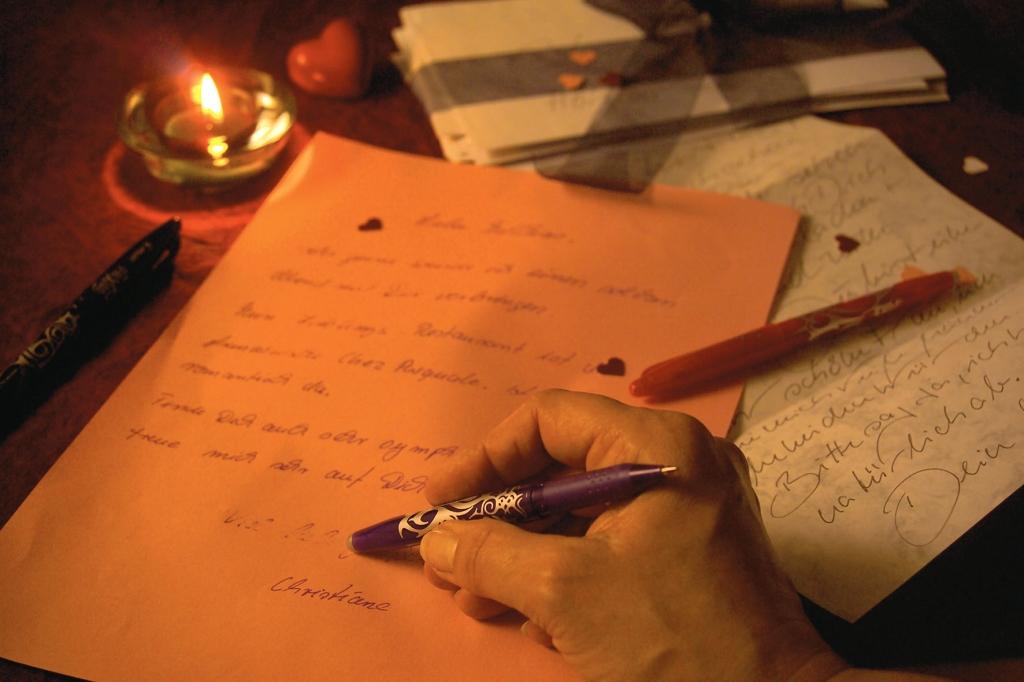 SMS und E-Mail sind out: Wer mit der Hand schreibt, liegt voll im ...