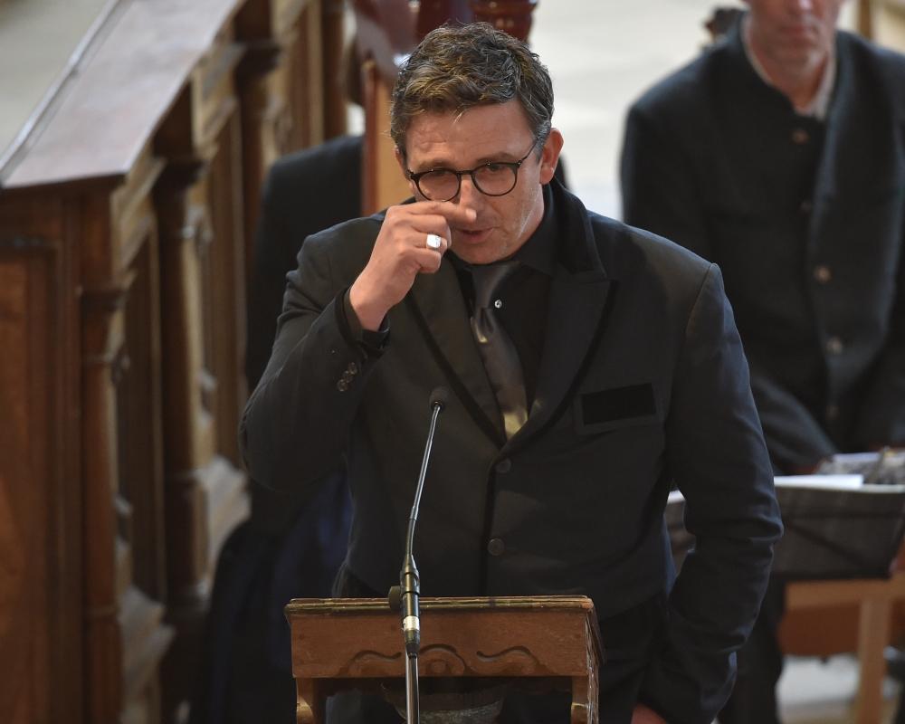 Hans Sigl Ganz Privat Der Bergdoktor Trauert Um Diesen Engen