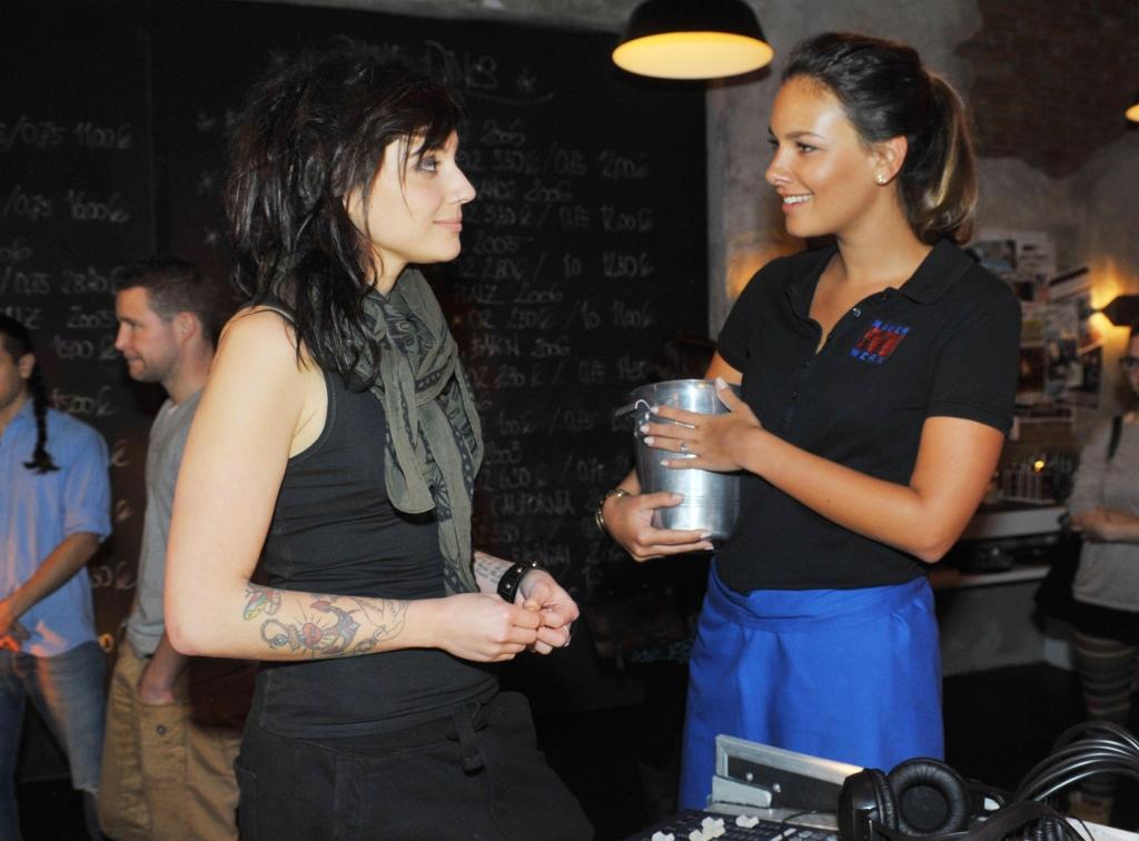 Gzsz Vorschau Emily Lernt Einen Neuen Kennen In Tayfuns Club