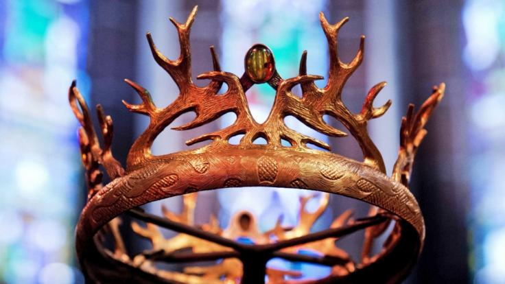 """Eine Krone aus der US-Serie """"Game of Thrones"""": Der deutsche Schauspieler Marc Rissmann spielt in der achten GoT-Staffel Harry Strickland. (Foto)"""