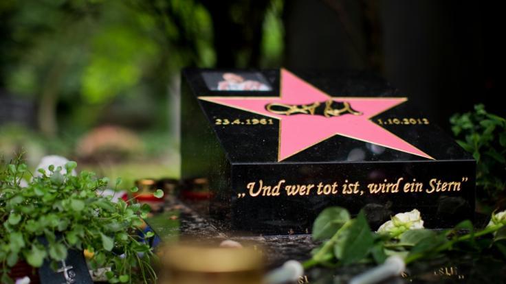 Das Grab von Schauspieler Dirk Bach ist in Köln auf dem Friedhof Melaten zu finden. (Foto)