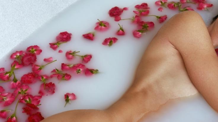 Demi Rose verführt im Blumenbad. (Foto)