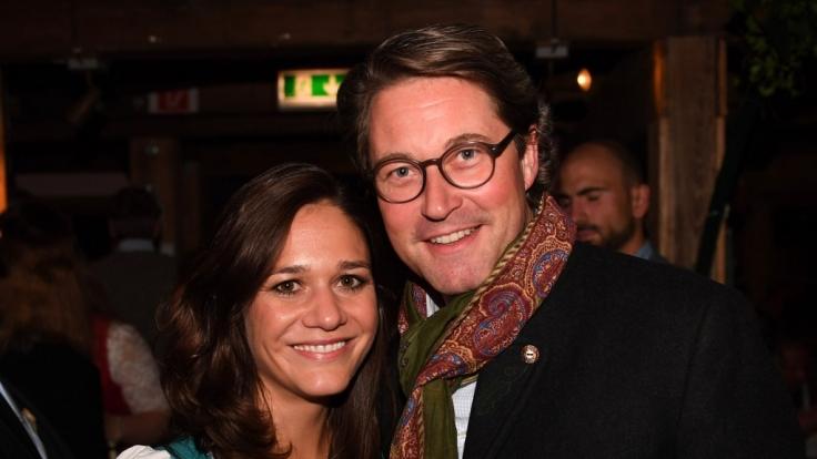 Bundesfinanzminister Andreas Scheuer mit Freundin Julia Reuss im Münchner Käferzelt. (Foto)