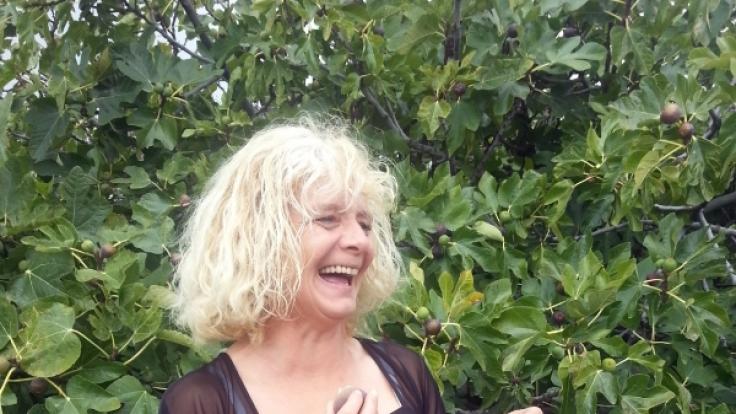 Irene bei der Feigenernte auf Teneriffa.