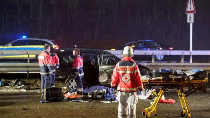 Auf der Bundesstraße B27 sind bei einem Autounfall im Nebel zwei Menschen gestorben und mehrere Menschen verletzt worden. (Foto)