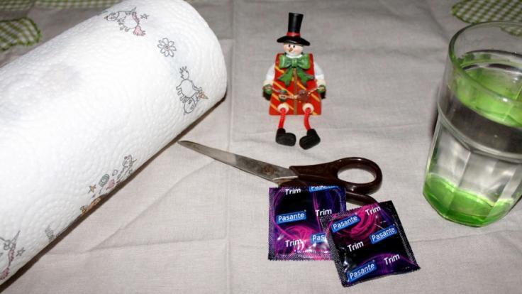 Zum Basteln eines Eisdildos benötigen Sie eine Küchenrolle, eine Schere, Kondome, Wasser und einen Tiefkühler. (Foto)