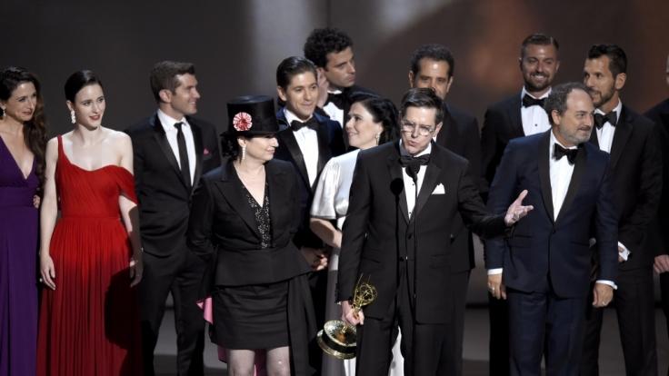 Amy Sherman-Palladino (vorne l) und Daniel Palladino (M) nehmen mit dem Cast und der Crew von