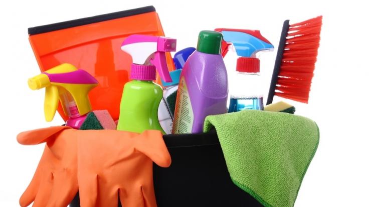 Eigentlich sollen Putzmittel für strahlende Sauberkeit sorgen, doch oftmals sind sie für die Gesundheit schädlicher als gedacht.