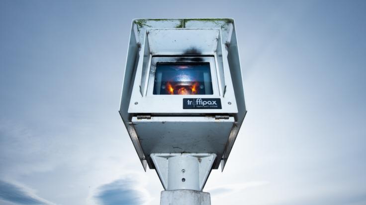Der Einsatz des Blitzers Traffistar S350 wurde im Saarland vom Verfassungsgericht verboten. Bußgeldbescheide könnten ungültig sein. (Symbolbild)
