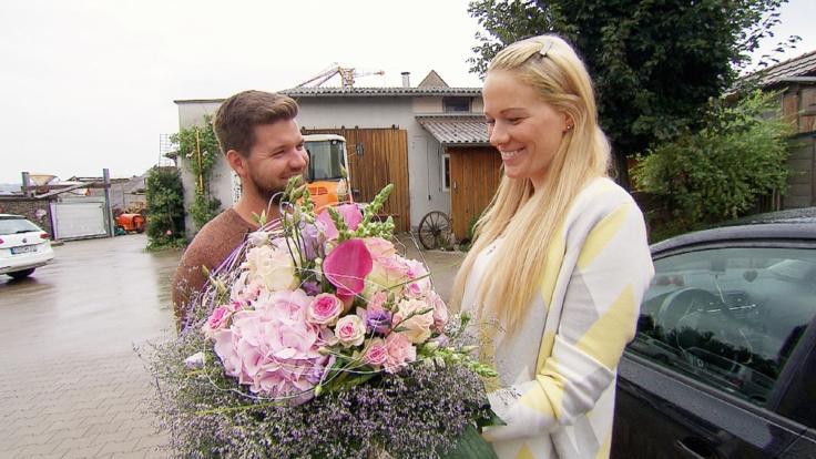 Bauer Michael überreicht Carina einen Blumenstrauß. (Foto)