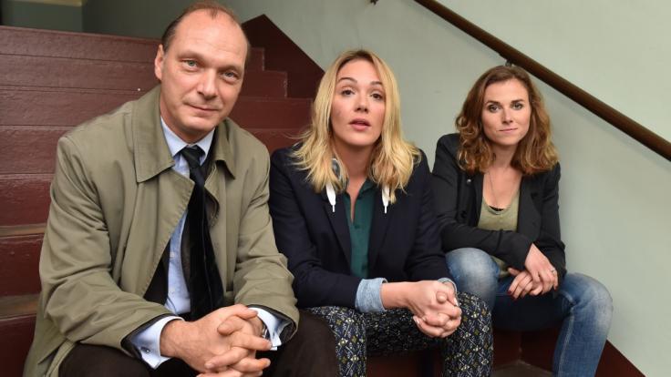 """Schauspielerin Karin Hanczewski (rechts) mit ihren Kollegen Martin Brambach und Alwara Höfels aus dem Dresdner """"Tatort"""". (Foto)"""