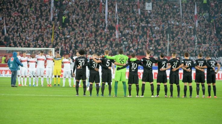 Vor Anpfiff fanden in den Bundesligastadien beeindruckende Schweigeminuten zu Ehren der Opfer in Paris statt. (Foto)