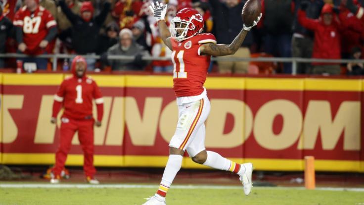 Kansas City Demarcus Robinson läuft rückwärts in die Endzone, nachdem er einen Wurf von Quarterback Mahomes während der zweiten Hälfte gefangen hat. (Foto)