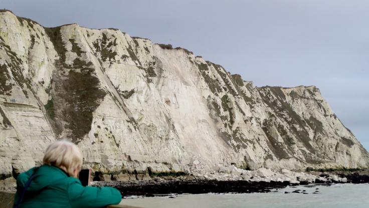 Nahe Dover ist ein gewaltiger Brocken der weißen Klippen ins Meer gestürzt. (Foto)