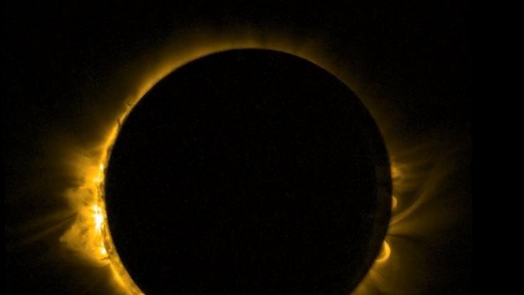 Bei einer totalen Sonnenfinsternis schiebt sich der Mond komplett vor die Sonne.