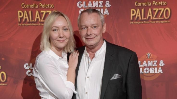 """Harry Schulz, TV-Imbisstester, und seine Freundin Melanie Vogt Mitte November beider Palazzo-Show """"Glanz  Gloria"""" in Hamburg. (Foto)"""