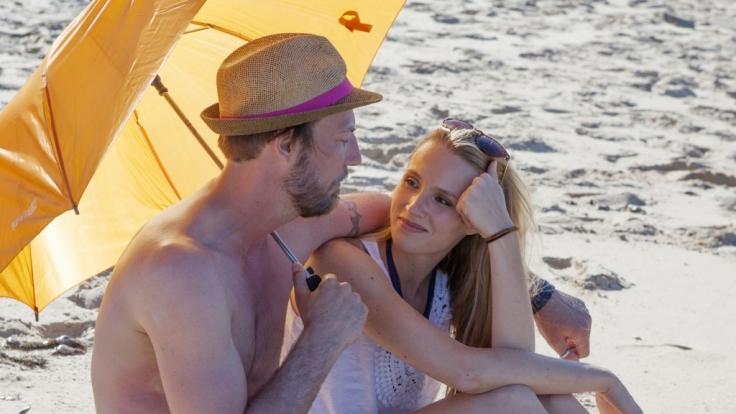 Thomas R. flirtet mit Anna am Strand.