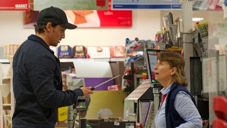 Ein Mann bedroht eine Verkäuferin mit einem Messer und fordert Geld.