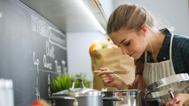 Beim Kochen kann man ganz einfach Strom sparen. (Foto)