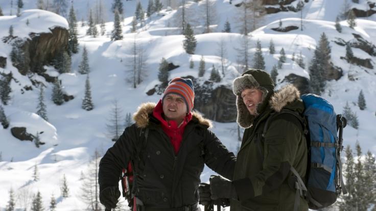 Martin (Hans Sigl, l.) und Andreas (Martin Gruber, r.) haben eine kräftezehrende Tour zu bewältigen, um dem Virus auf die Spur zu kommen. (Foto)