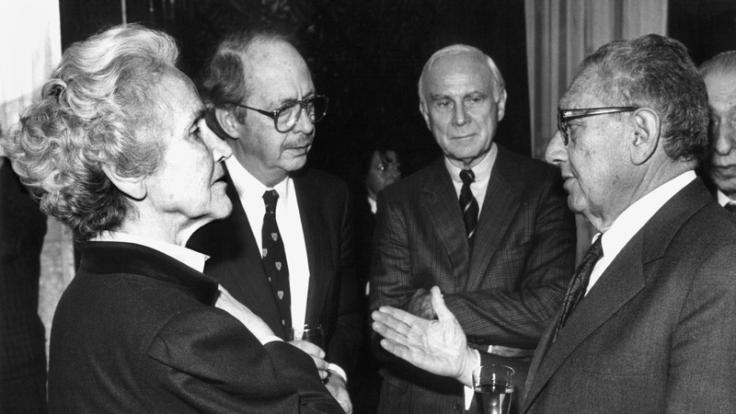 Vertieft ins Gespräch: Marion Gräfin Dönhoff mit Henry Kissinger (r.), Vicco von Bülow (2. v. r.) und Ralf Dahrendorf. (Foto)