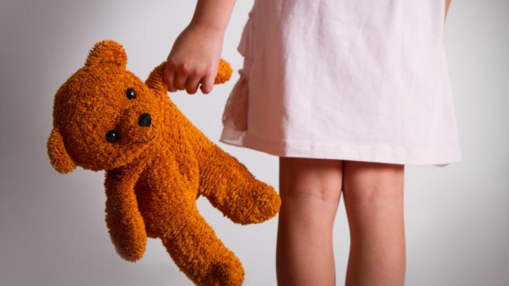 Ein Physiotherapeut aus Nordrhein-Westfalen steht unter Verdacht, mehrere Kinder sexuell missbraucht und kinderpornografisches Material angefertigt zu haben (Symbolbild).