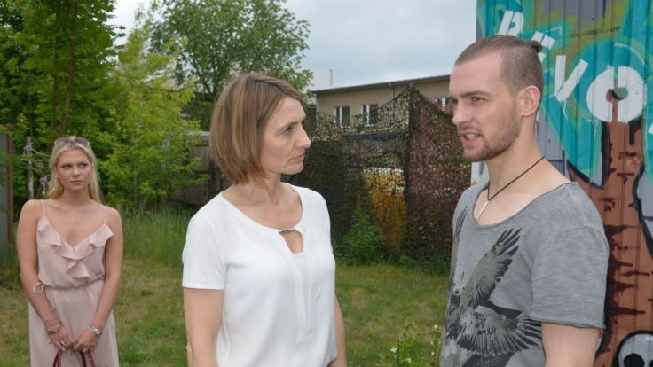 Chris (Eric Stehfest) ist nicht so begeistert, dass seine Mutter Rosa wieder auftaucht.