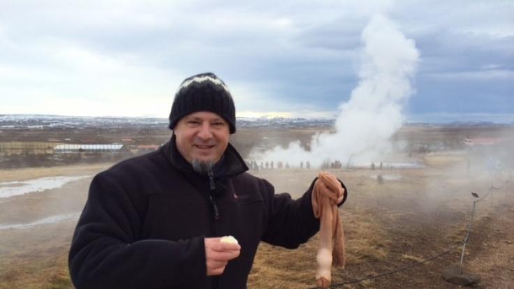 Kniffelige Aufgabe für Chefcholeriker Detlef: Er soll in einem brodelnden Geysir ein Ei kochen.