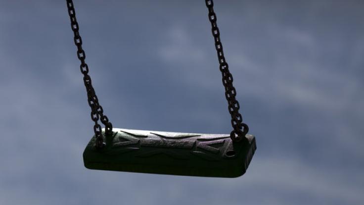 In Pfaffenhofen wurde ein Mädchen von vier jungen Männern auf einem Spielplatz nach einem Trinkspiel vergewaltigt. Die Polizei bittet um Mithilfe.