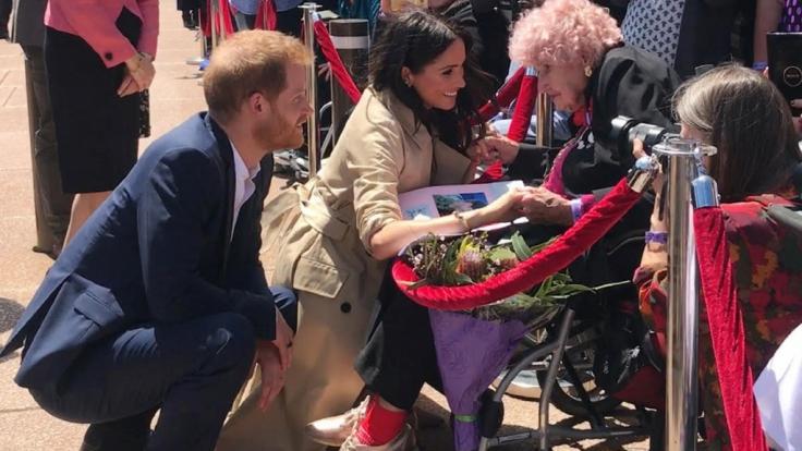 Im Herbst 2018 durfte Herzogin Meghan Daphne Dunne kennenlernen, die seit Jahren Prinz Harrys größter Fan ist. (Foto)
