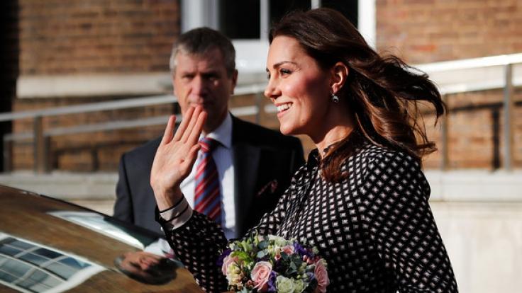 Kate Middleton zeigte sich kurz nach Bekanntgabe der Verlobung von Prinz Harry mit Meghan Markle erstmals in der Öffentlichkeit.