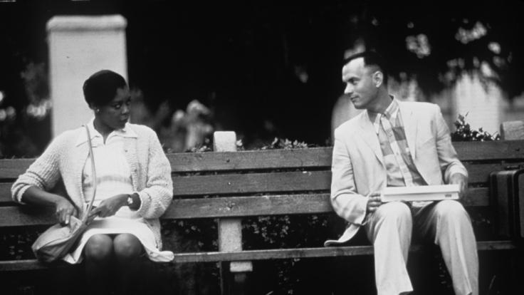 Der amerikanische Schauspieler Tom Hanks erzählt in «Forrest Gump» seine Lebensgeschichte einer fremden Frau.