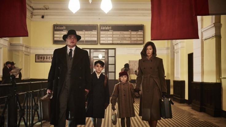 Richard (Ronald Zehrfeld) und Claire Kornitzer (Johanna Wokalek) sind entschlossen, ihre Kinder Georg (Moritz Hoyer) und Selma (Lisa Marie Trense) in Sicherheit zu bringen in dieser Szene des ZDF-Zweiteilers