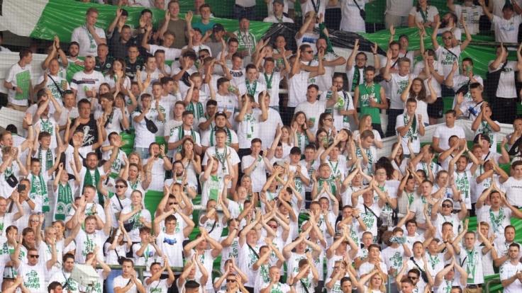 Auf den Rängen feiern die Fans vom SpVgg Greuther Fürth ihren Verein. (Symbolbild)