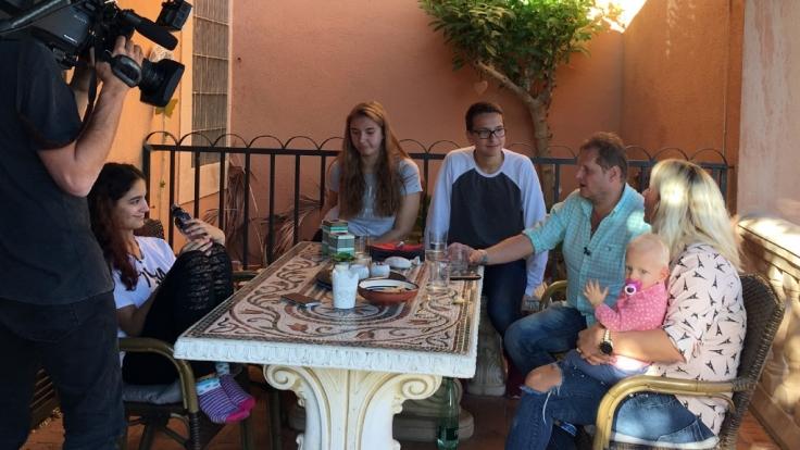 V.l.: Jada, Joelina, Volkan, Jens, Daniela und Jenna im Gespräch.