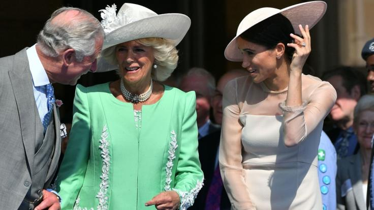 Da war die Welt für den englischen Thronfolger noch in Ordnung: Prinz Charles, Herzogin Camilla und Herzogin Meghan 2018 bei einem Gartenfest im Buckingham Palace.