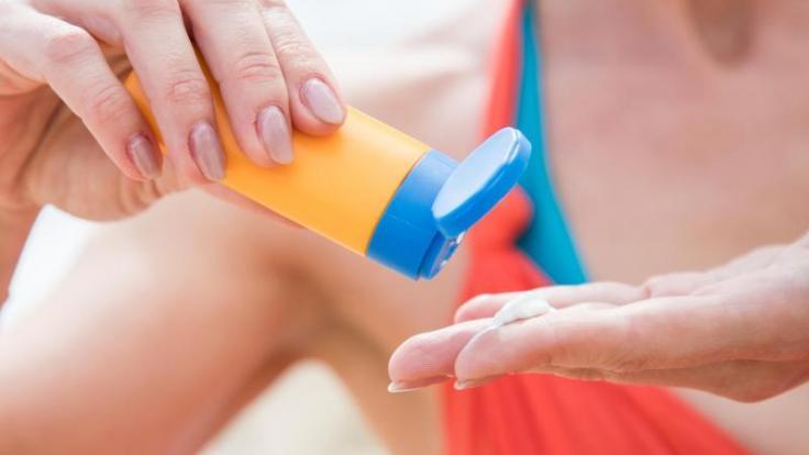 Rund drei Esslöffel Sonnencreme braucht man pro Eincremen. Die gute Nachricht: Tief in die Tasche greifen muss man für guten Schutz nicht. (Foto)