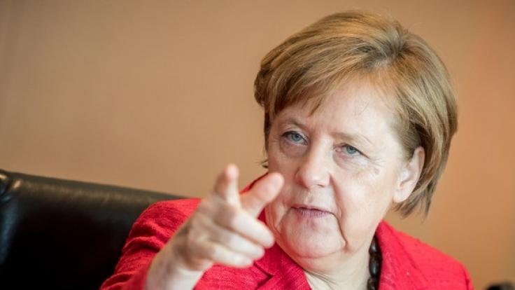 Bundeskanzlerin Angela Merkel (CDU) gestikuliert auf einer Sitzung des Bundeskabinetts im Kanzleramt in Berlin.